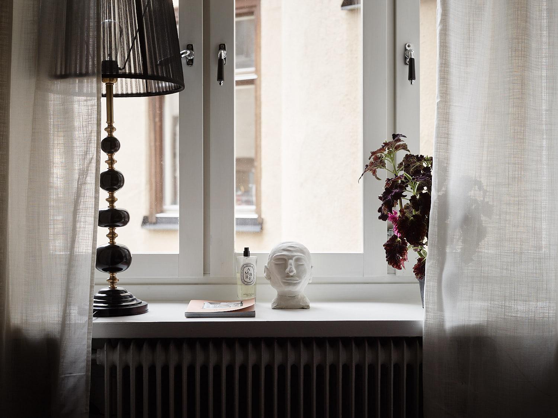 окно подоконник цветок лампа