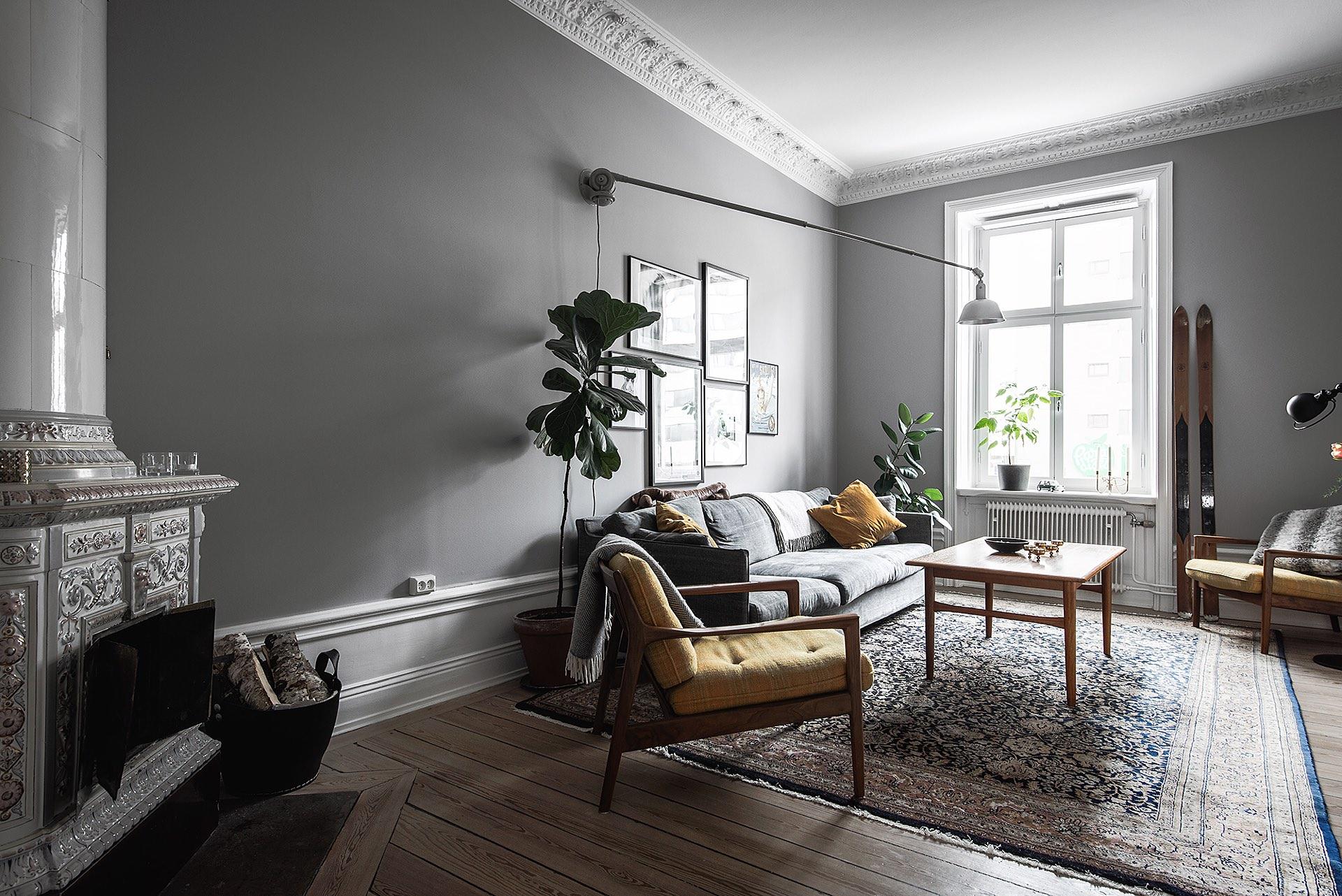 комната серые стены высокий плинтус израсцовая печь диван кресло ковер окно потолочный карниз гипсовая лепнина