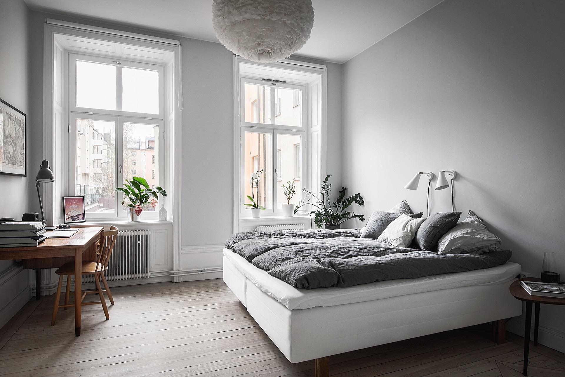 спальня кровать текстиль подушки прикроватные настенные светильники рабочее место стол