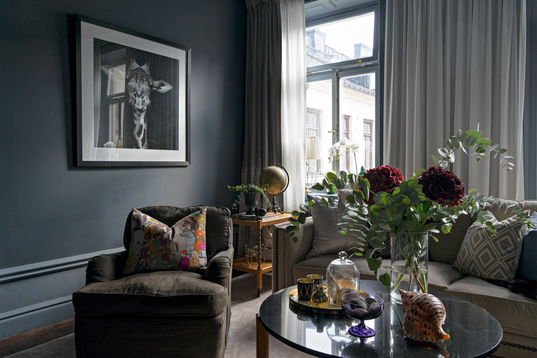 гостиная серые стены мягкая мебель столик ваза цветы