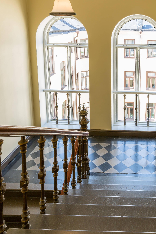 подъезд лестница перила ступени арочные окна