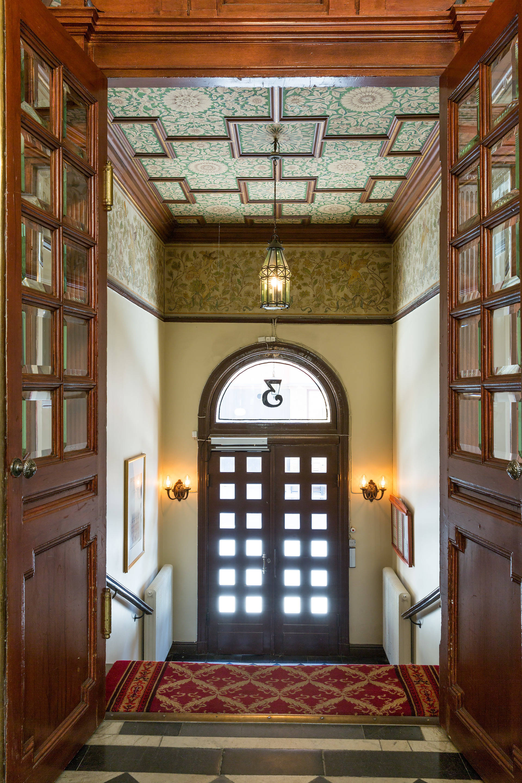 парадная подъезд лестница перила входная арочная дверь