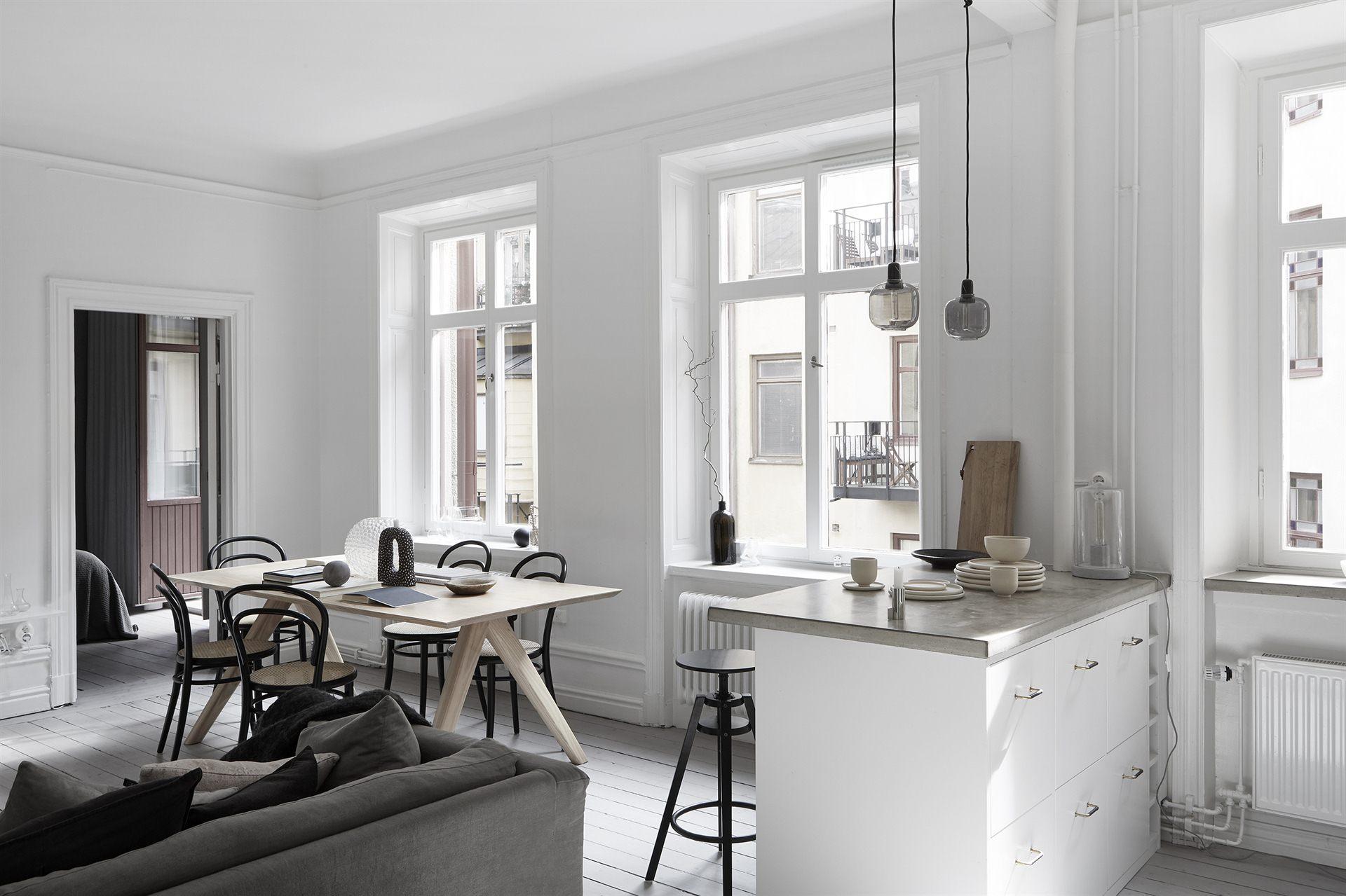кухня гостиная кухонный остров барные стулья диван подушки стол окно откосы радиатор отопления
