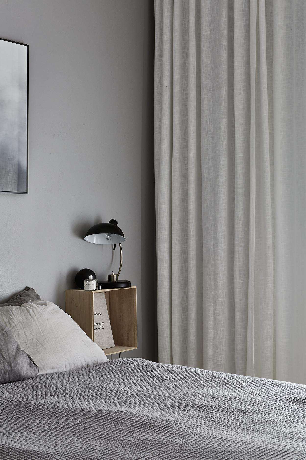 спальня кровать прикроватные полки лампы окно шторы