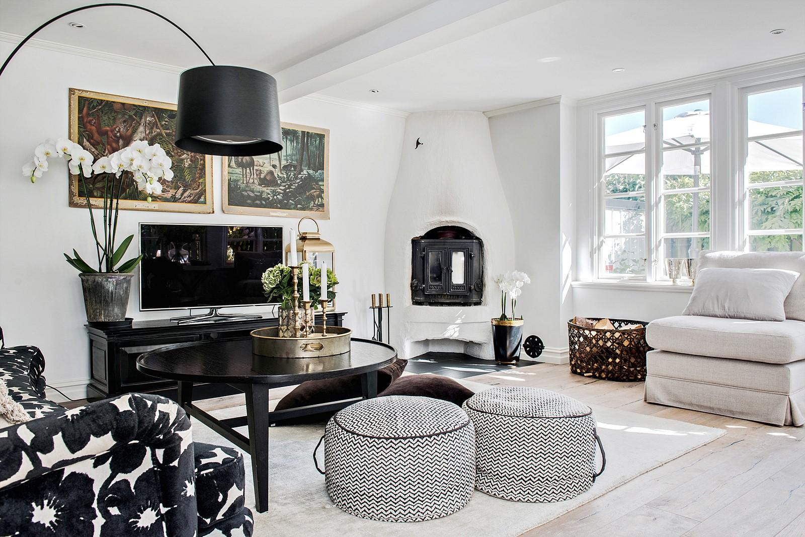 печь дрова торшер гостиная диван кресло пуф столик телевизор половая доска