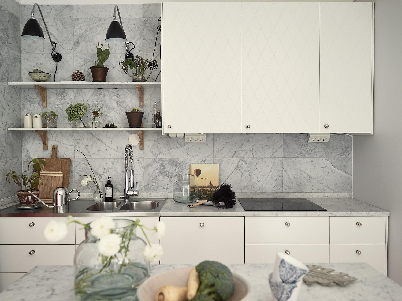 кухонная мебель белые гладкие фасады мраморная столешница плитка