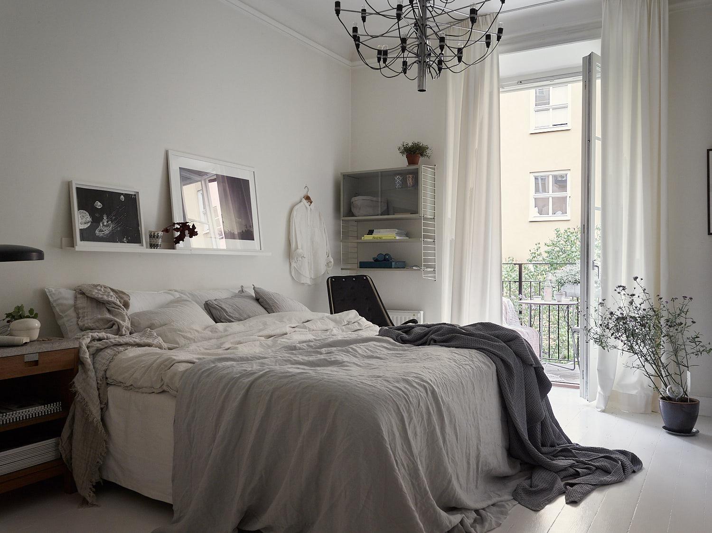 спальня кровать текстиль подушки полка рамы постер картина выход на балкон