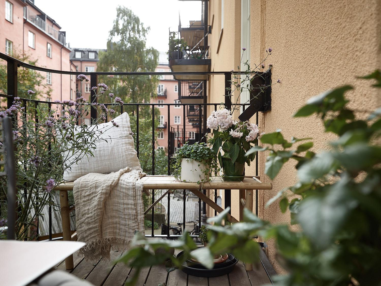 балкон скамья цветы деревянный настил