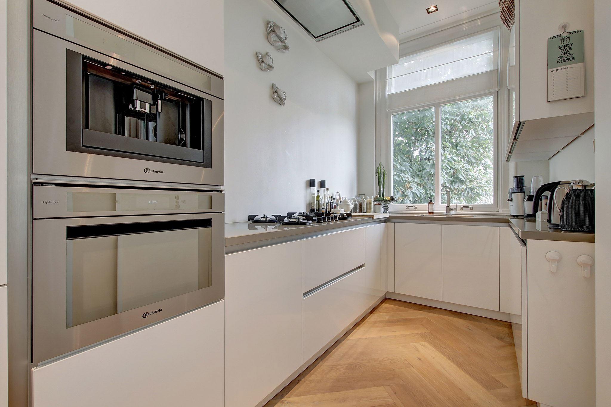 кухонная мебель белые глянцевые фасады встроенная техника паркет