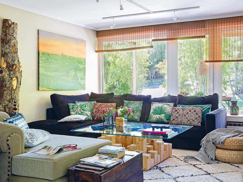 гостиная синий диван стеклянный журнальный столик плетенный пуф