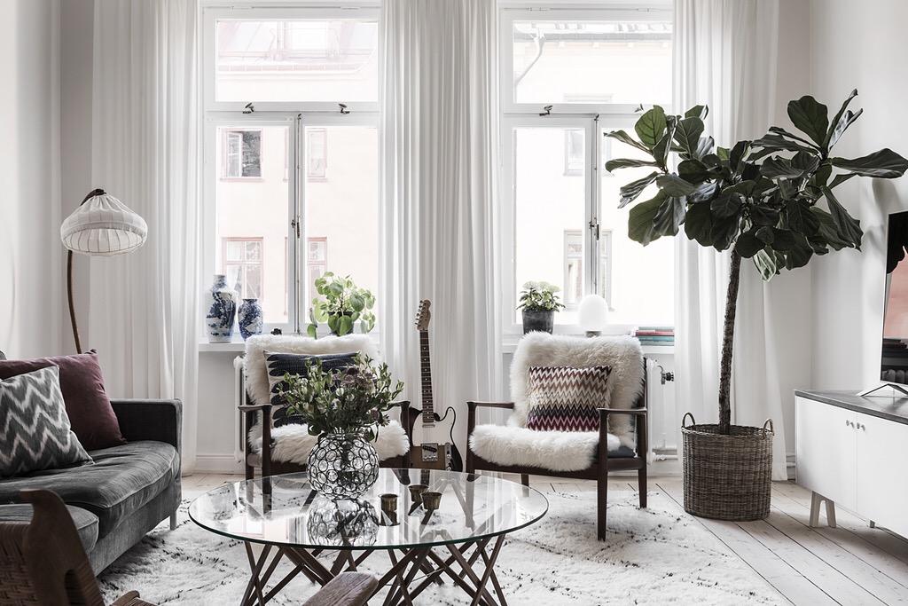 комнатное дерево круглый стеклянный столик диван кресла окна торшер абажур ковер