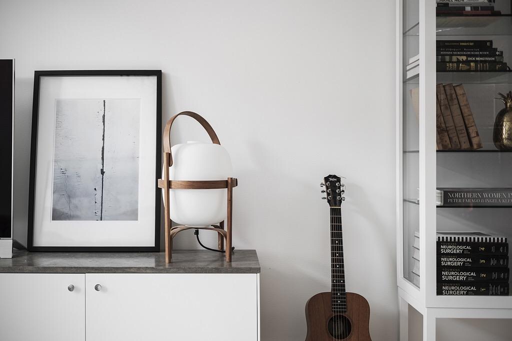шкаф витрина комод светильник постер гитара