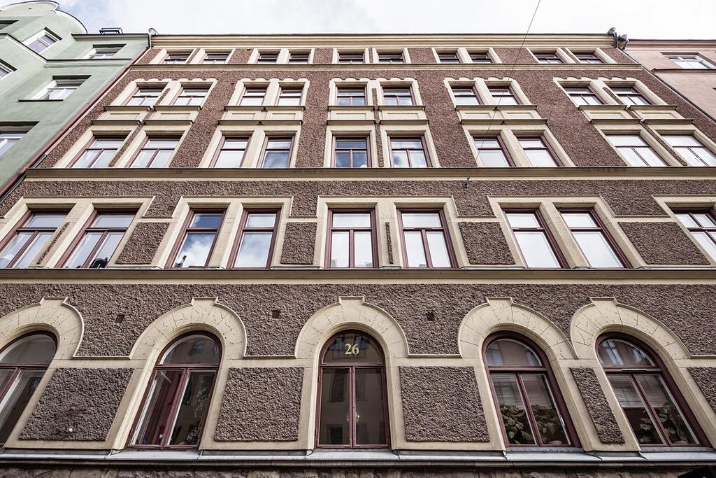 фасад городского дома арочные окна