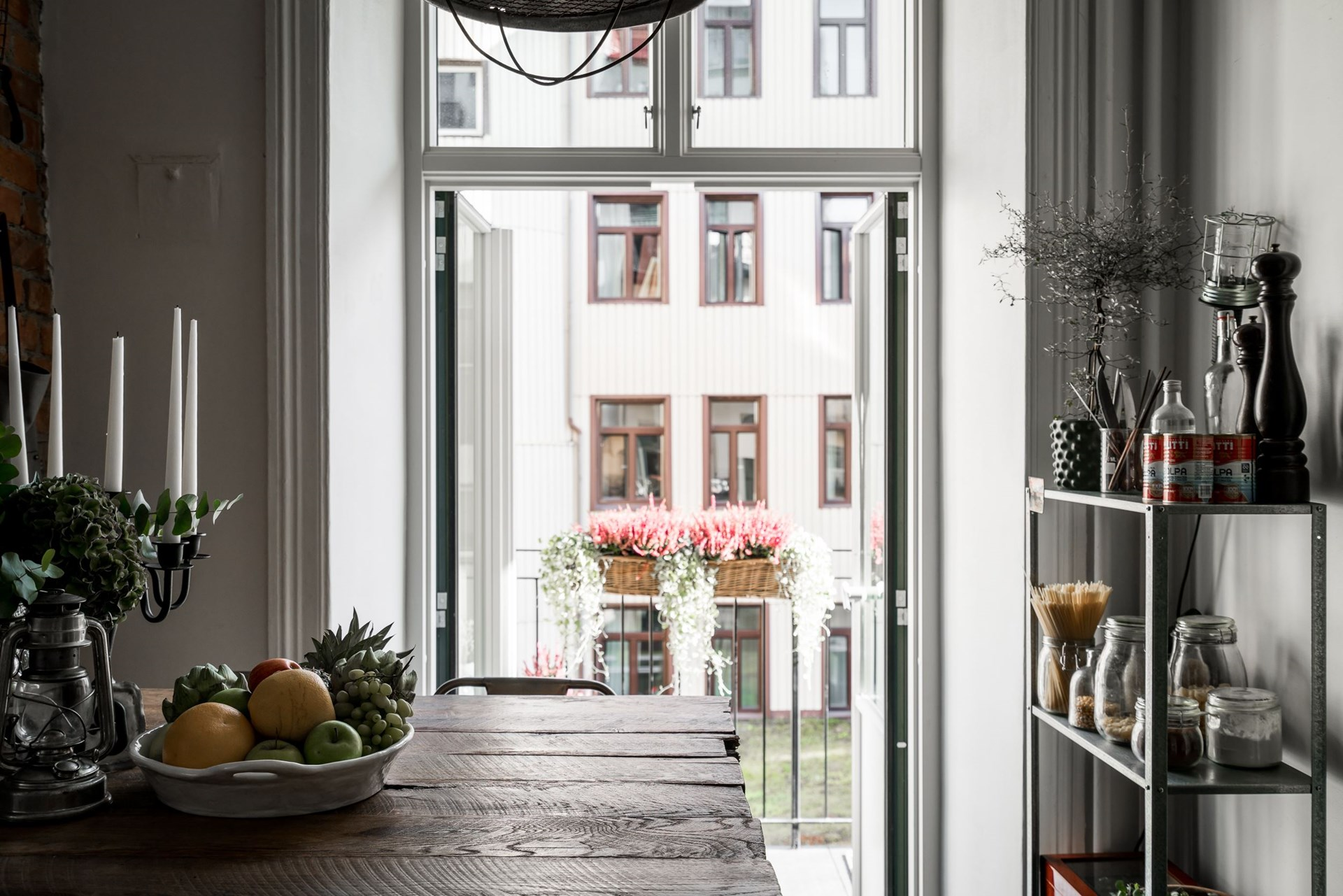 кухня стеллаж выход на балкон