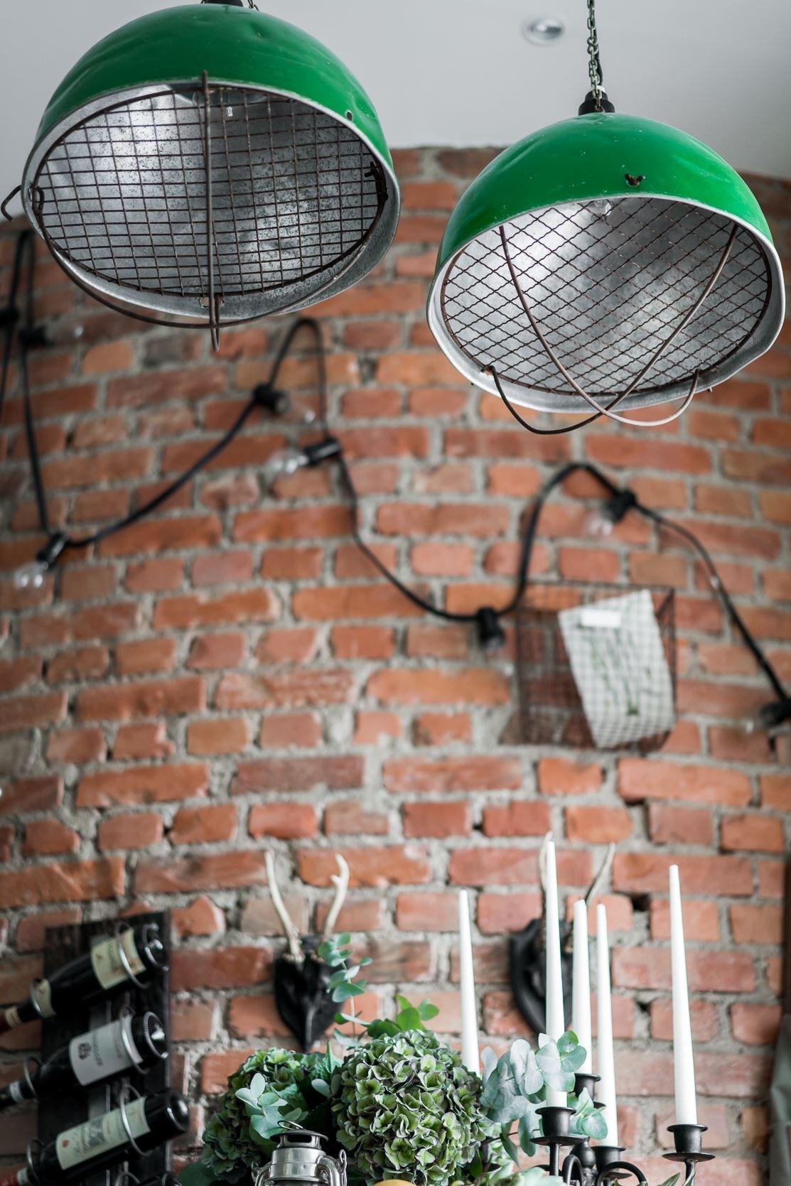 кухня кирпич подвесные лампы
