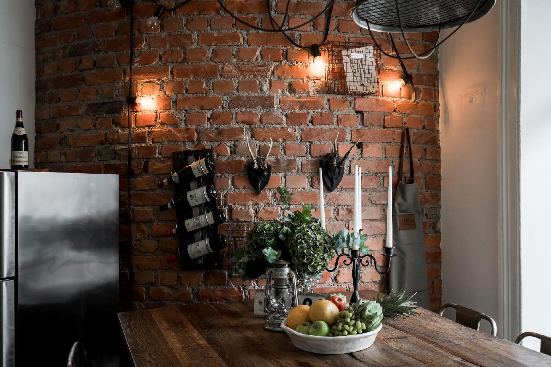комната кухня кирпичная стена подсветка деревянный стол