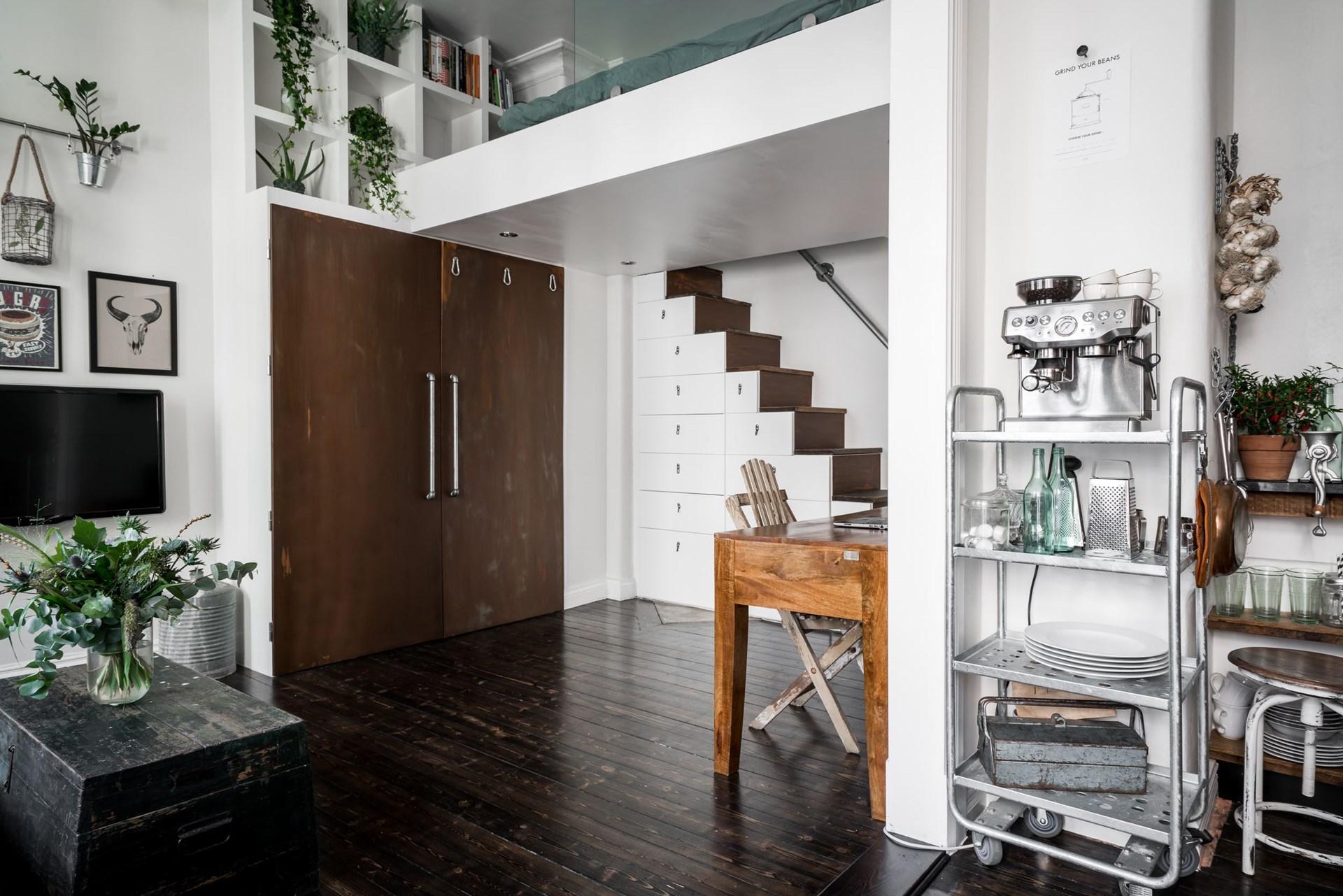 высокий потолок антресоли лестница шкаф