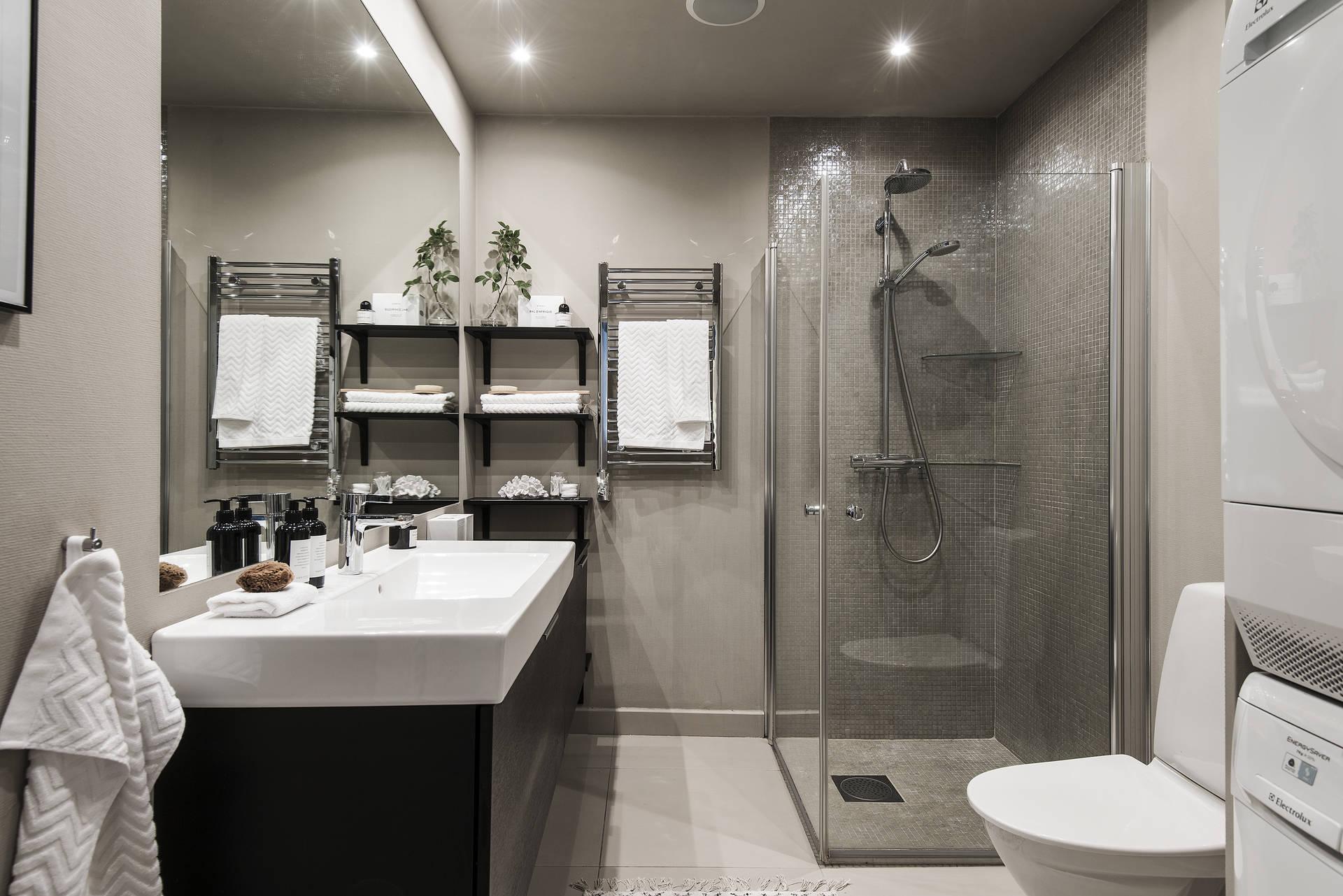 ванная комната пол с подогревом душевая кабина трап полотенцесушитель раковина зеркало стиральная сушильная машина