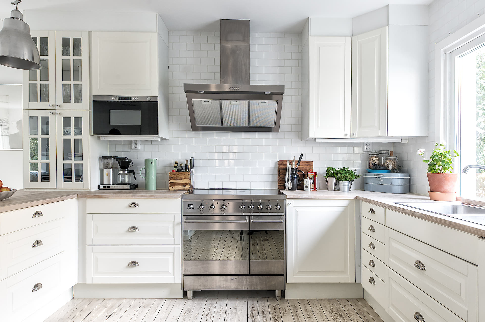 кухня белые фасады филёнка плита вытяжка плитка кабанчик окно мойка