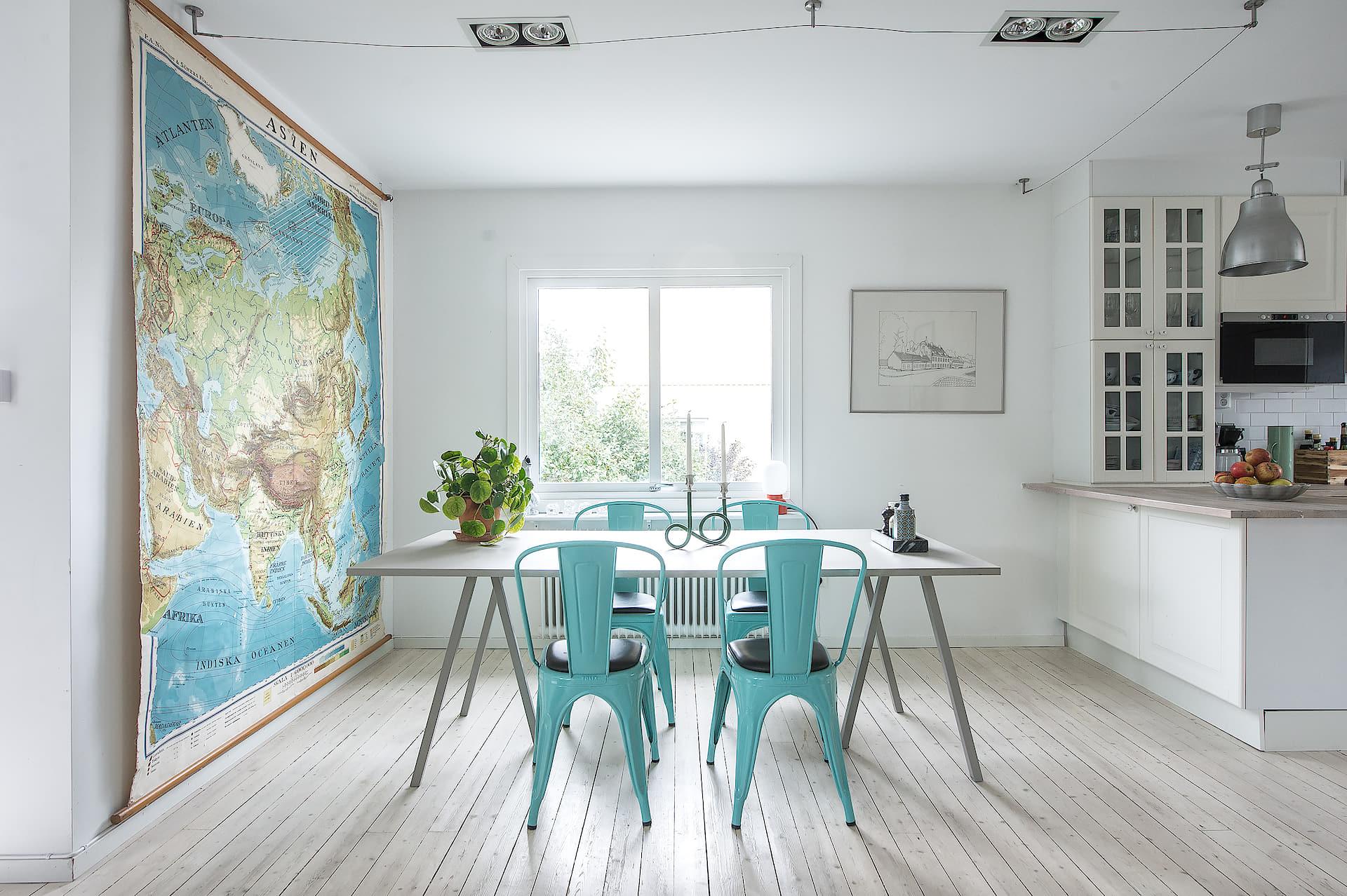 обеденный стол стулья tolix настенная карта мира