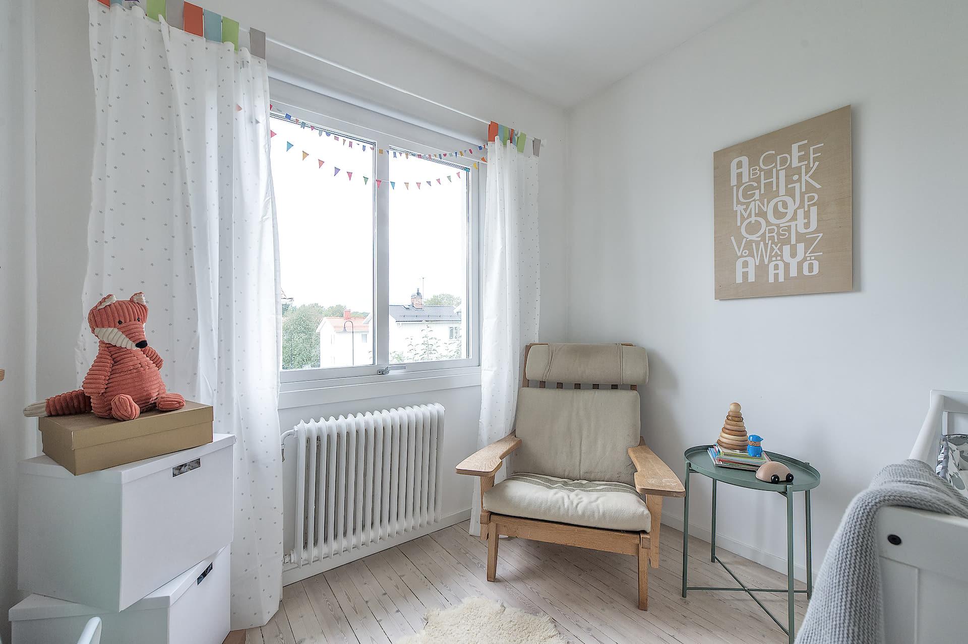 детская комната кровать кресло столик