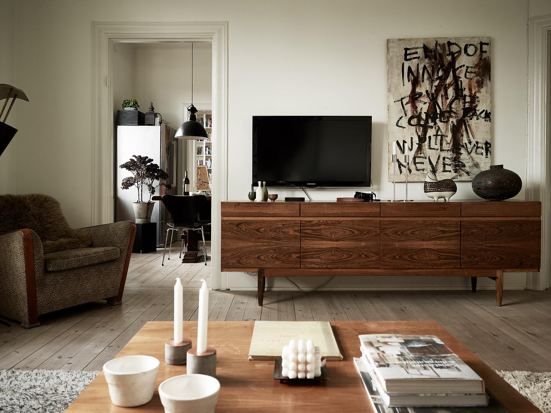 гостиная комод телевизор дверной проем наличники