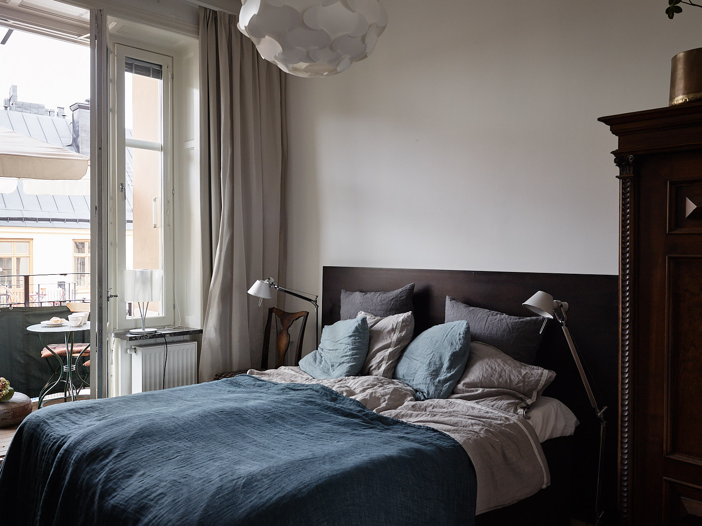 спальня кровать текстиль прикроватные лампы выход на балкон