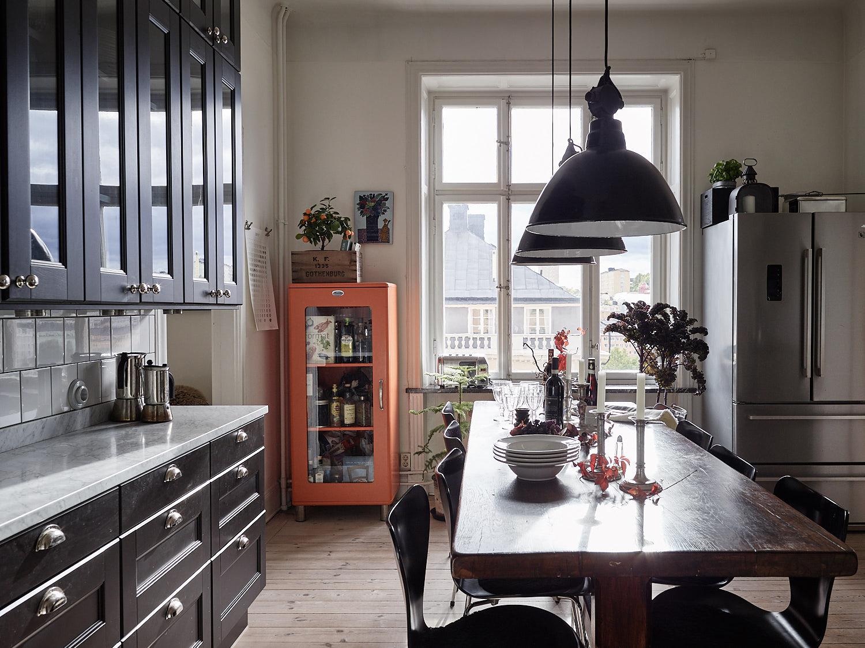 кухня коричневые фасады филёнка стол холодильник подвесная лампа