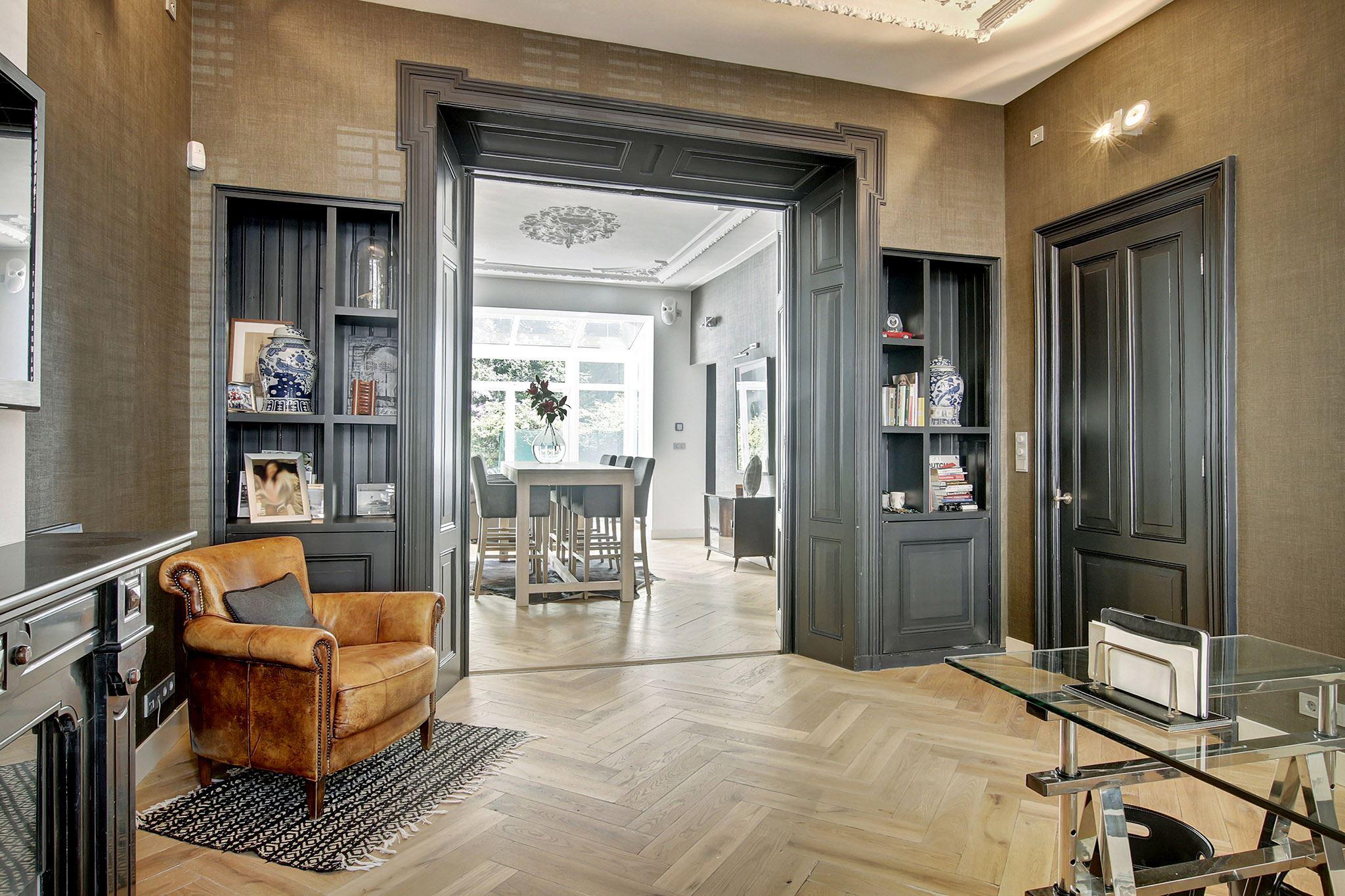 комната кабинет светлый паркет темные двери проем наличники встроенный книжный шкаф