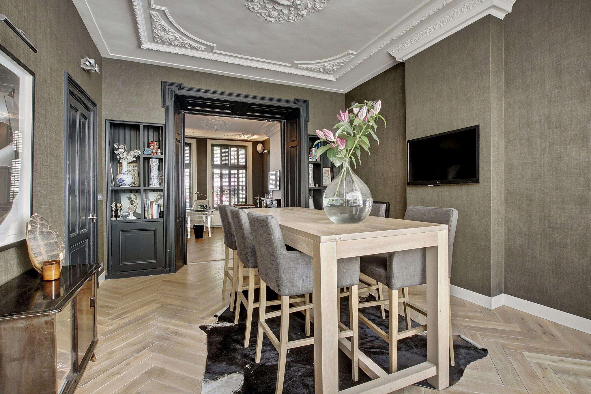 стол барные стулья телевизор паркет елочка лепнина потолочная розетка встроенный стеллаж