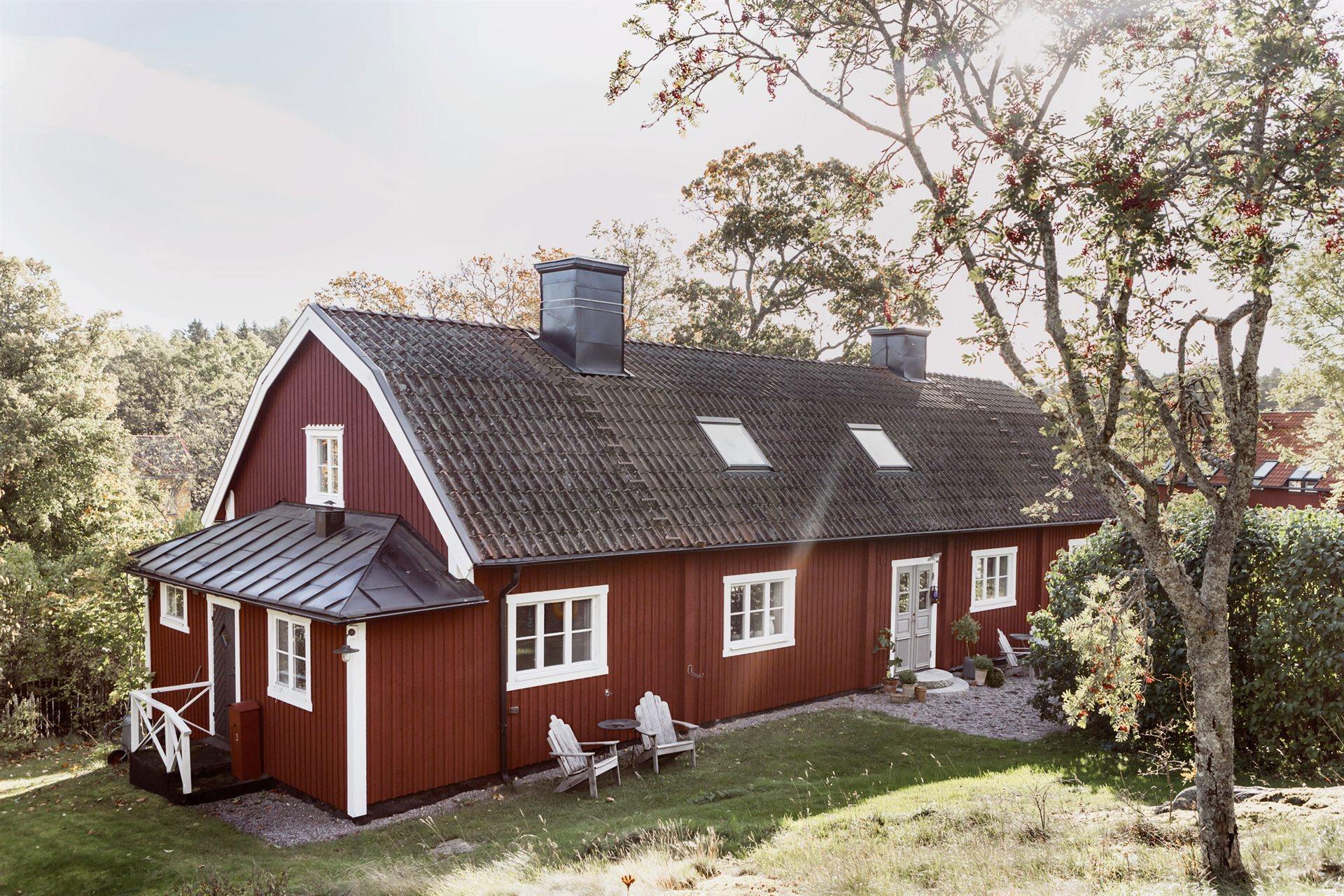 загородный деревянный дом с мансардой