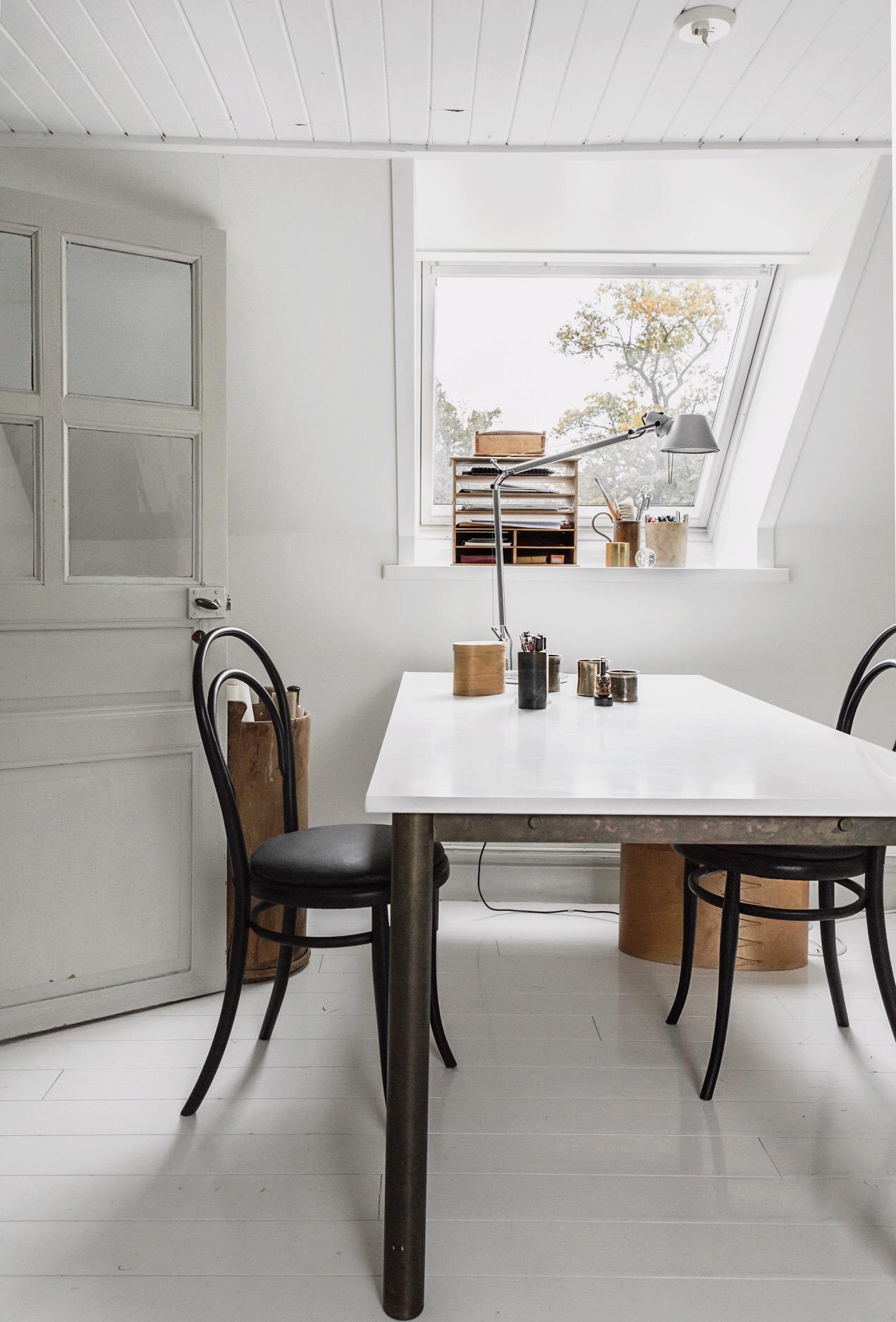 мансарда окно стол стулья белый деревянный пол