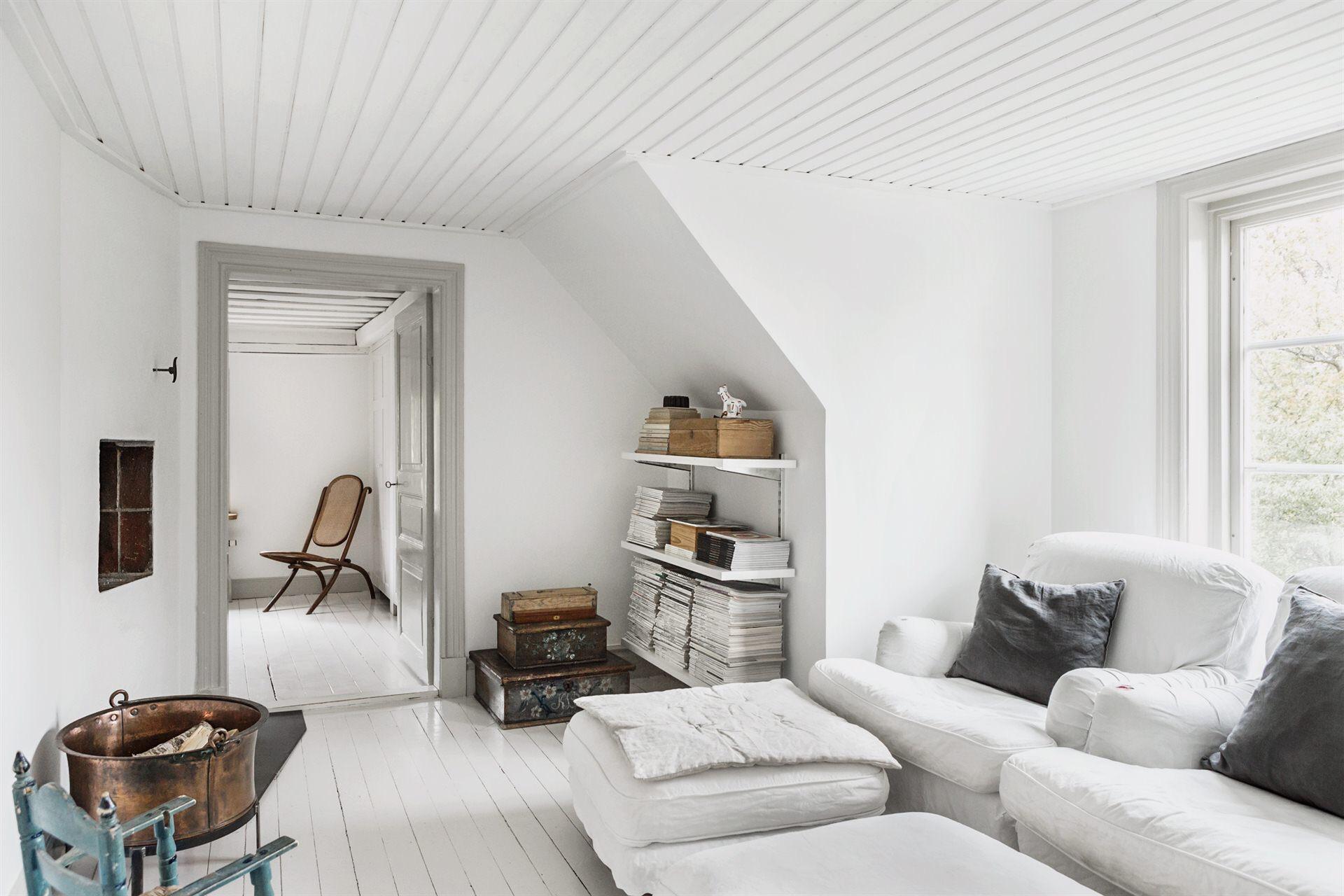 мансарда белые стены пол окно диван
