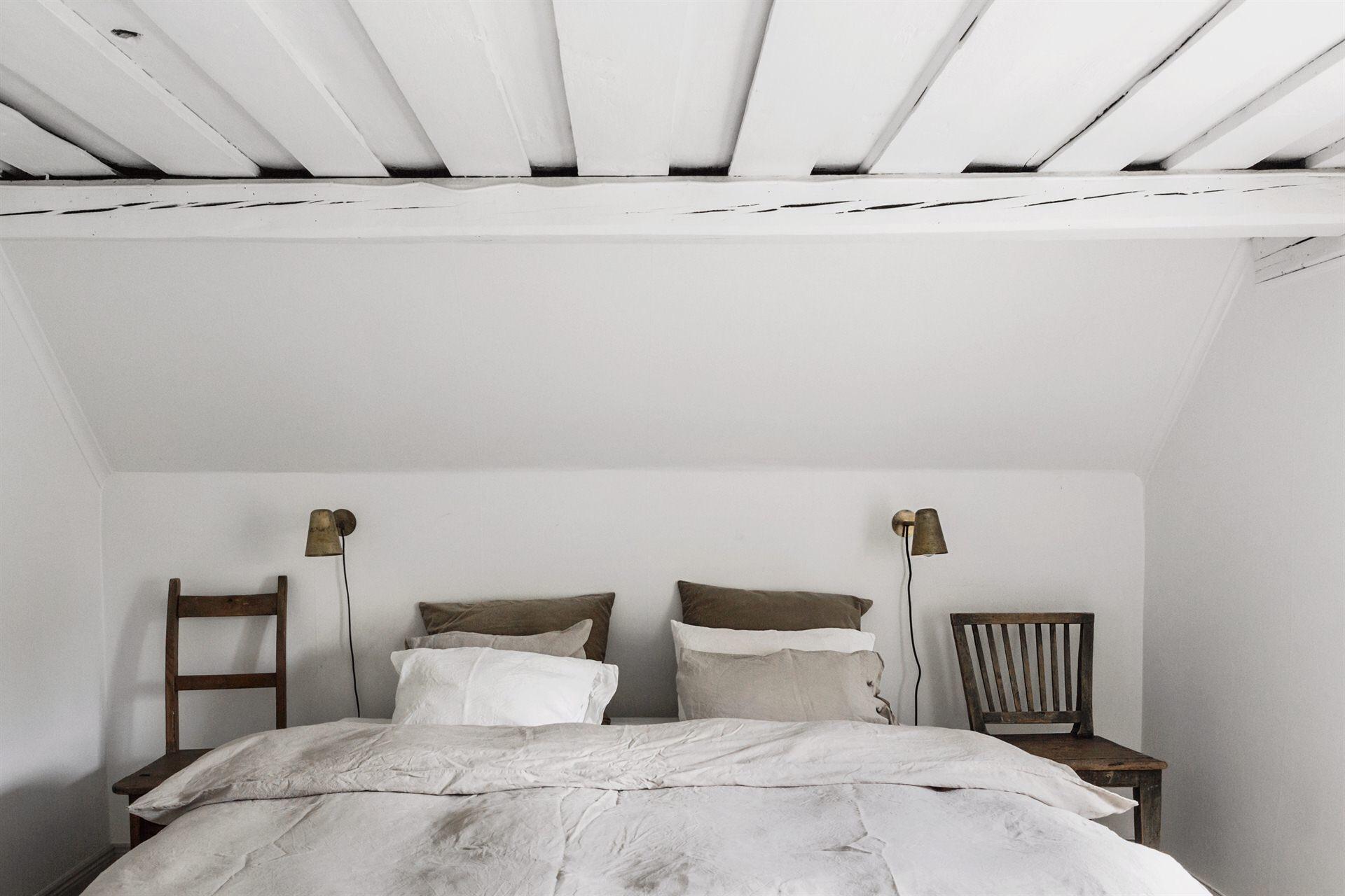 мансарда кровать текстиль прикроватные настенные светильники стулья