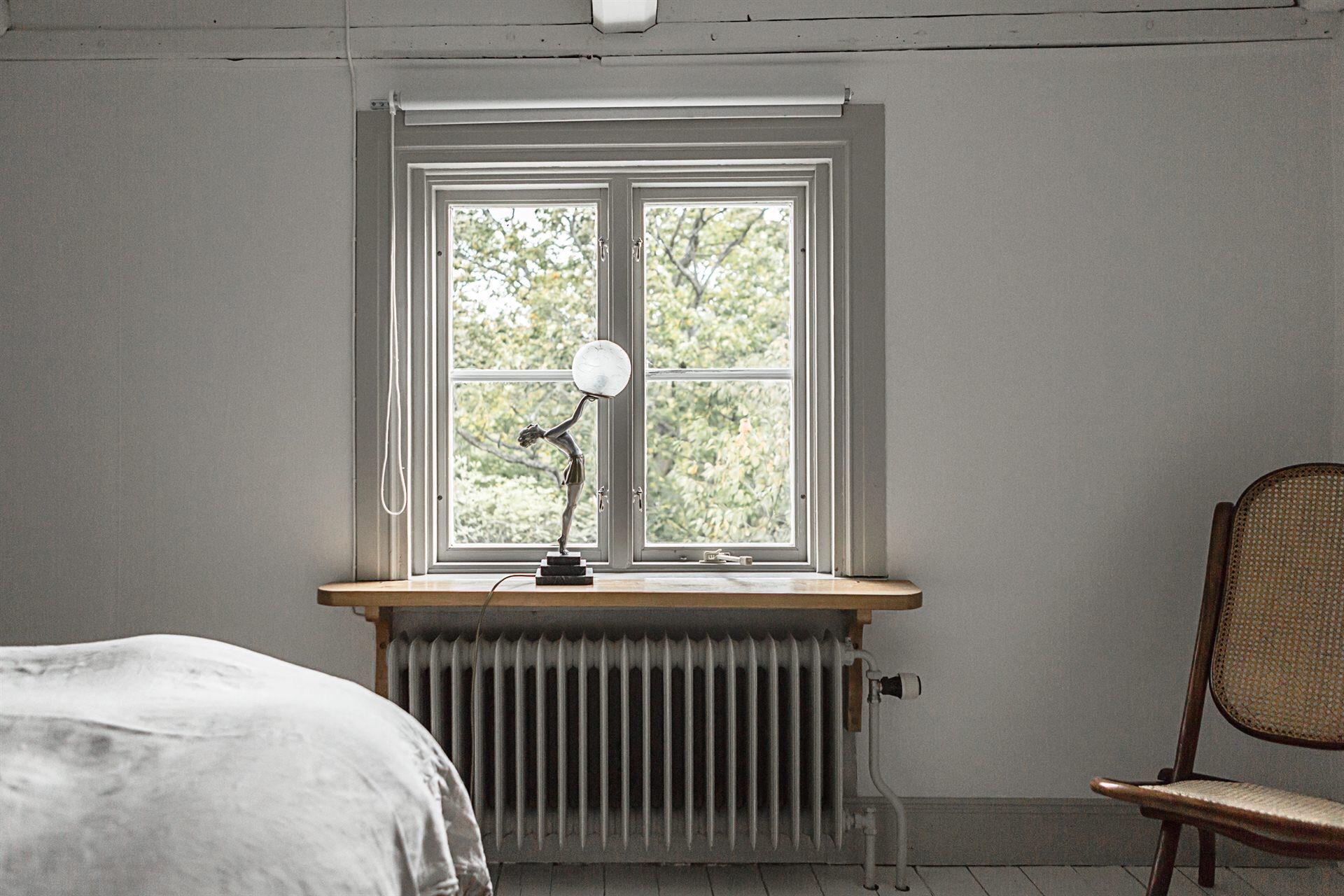 спальня окно подоконник радиатор отопления лампа