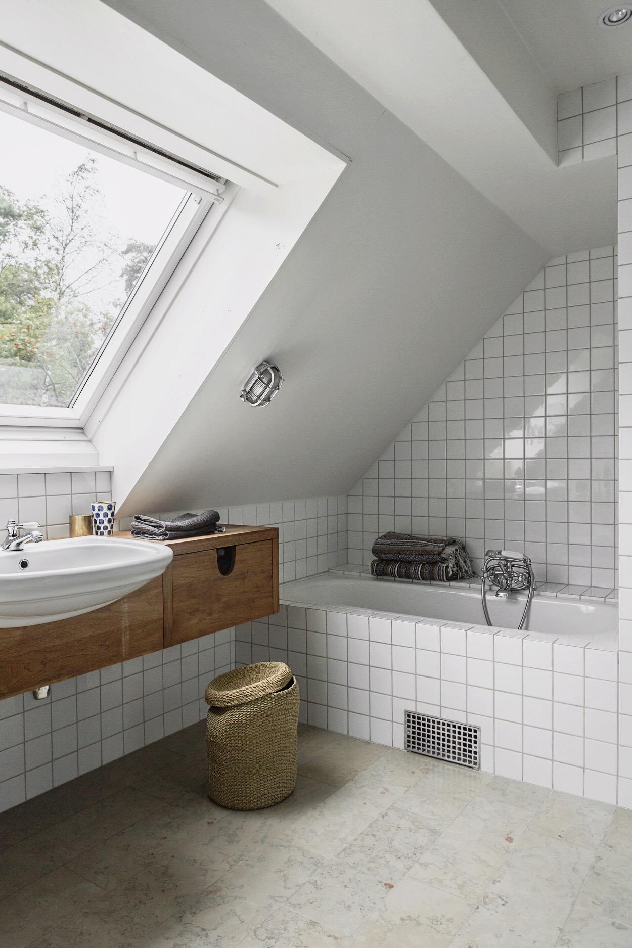 мансарда ванная комната окно ванна раковина корзина