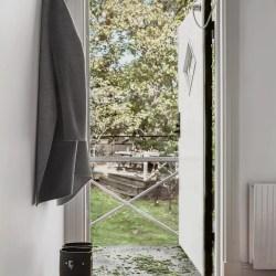 коридор входная дверь вешалка крючки одежда