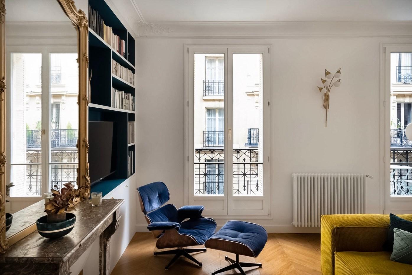 кресло в гостиной французские окна