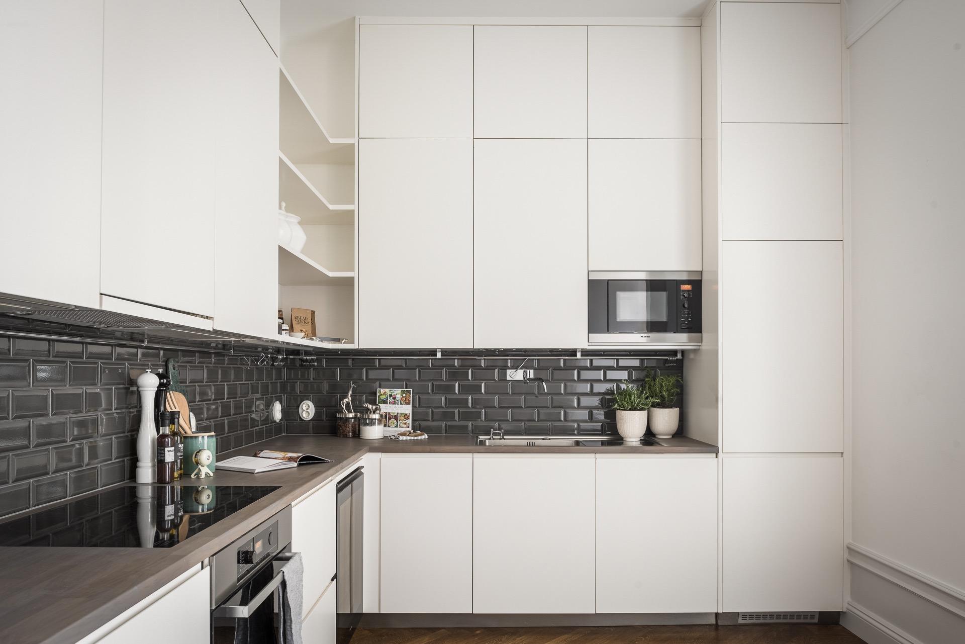 белая кухонная мебель до потолка