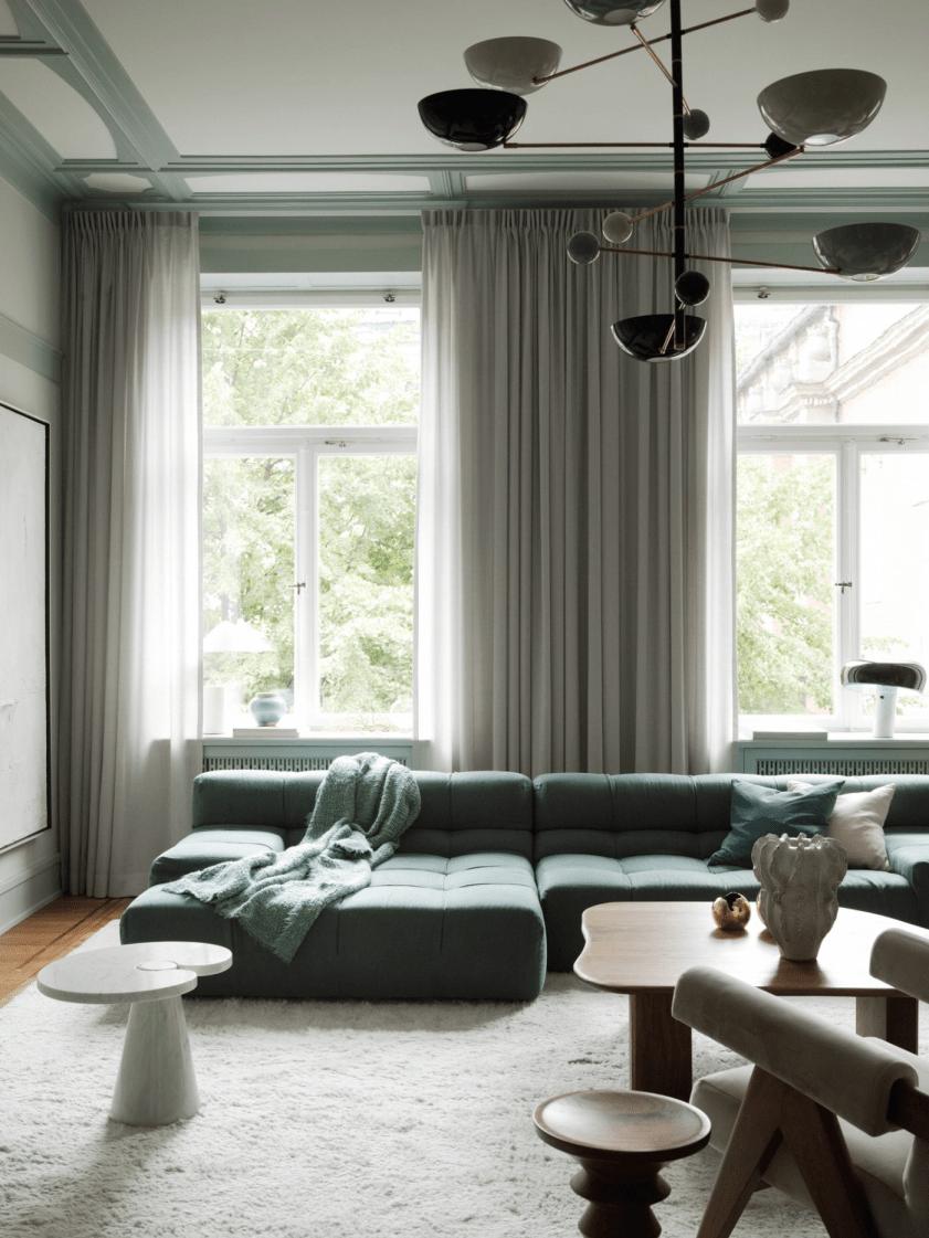 гостиная диван окно гардины
