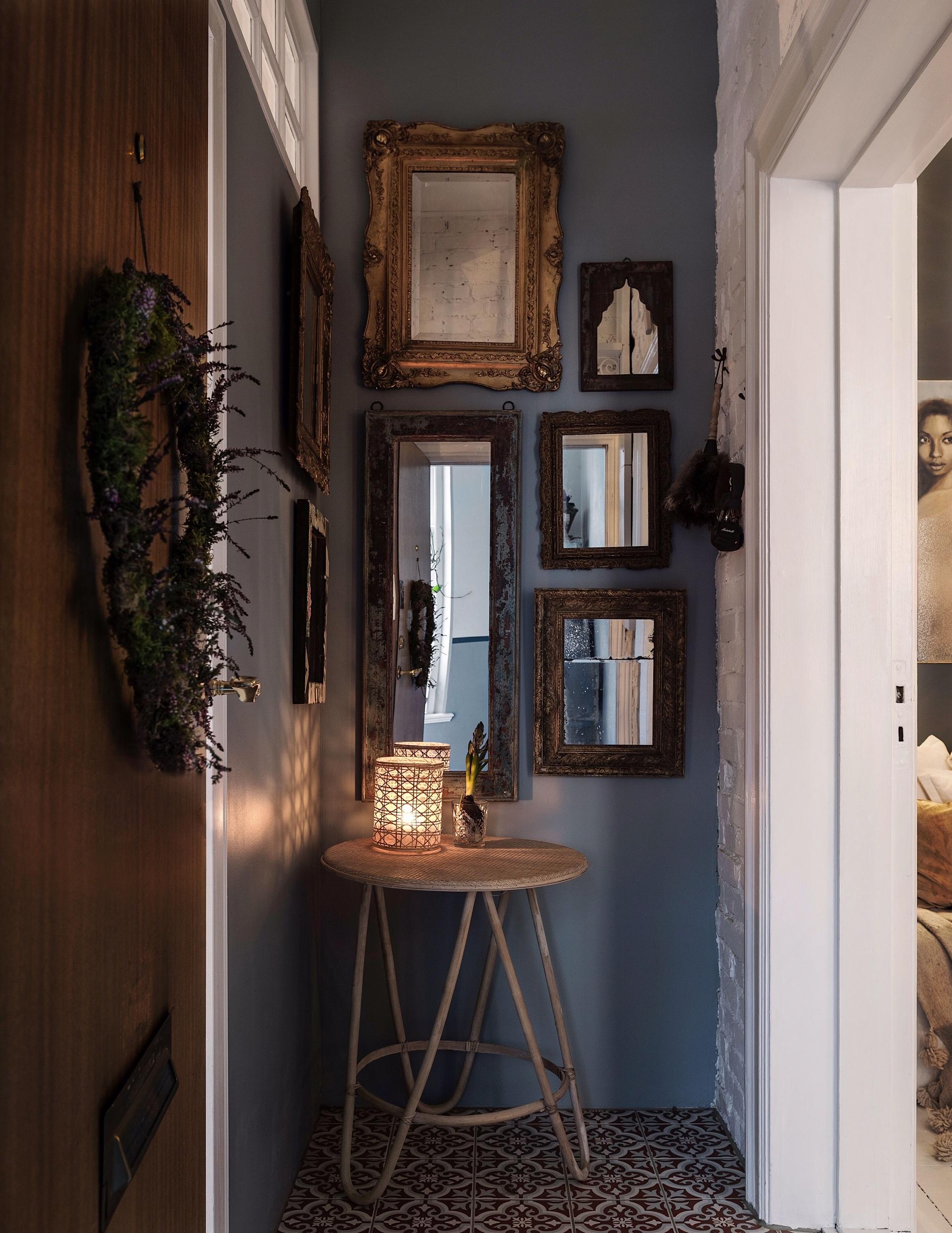 коридор декор стен