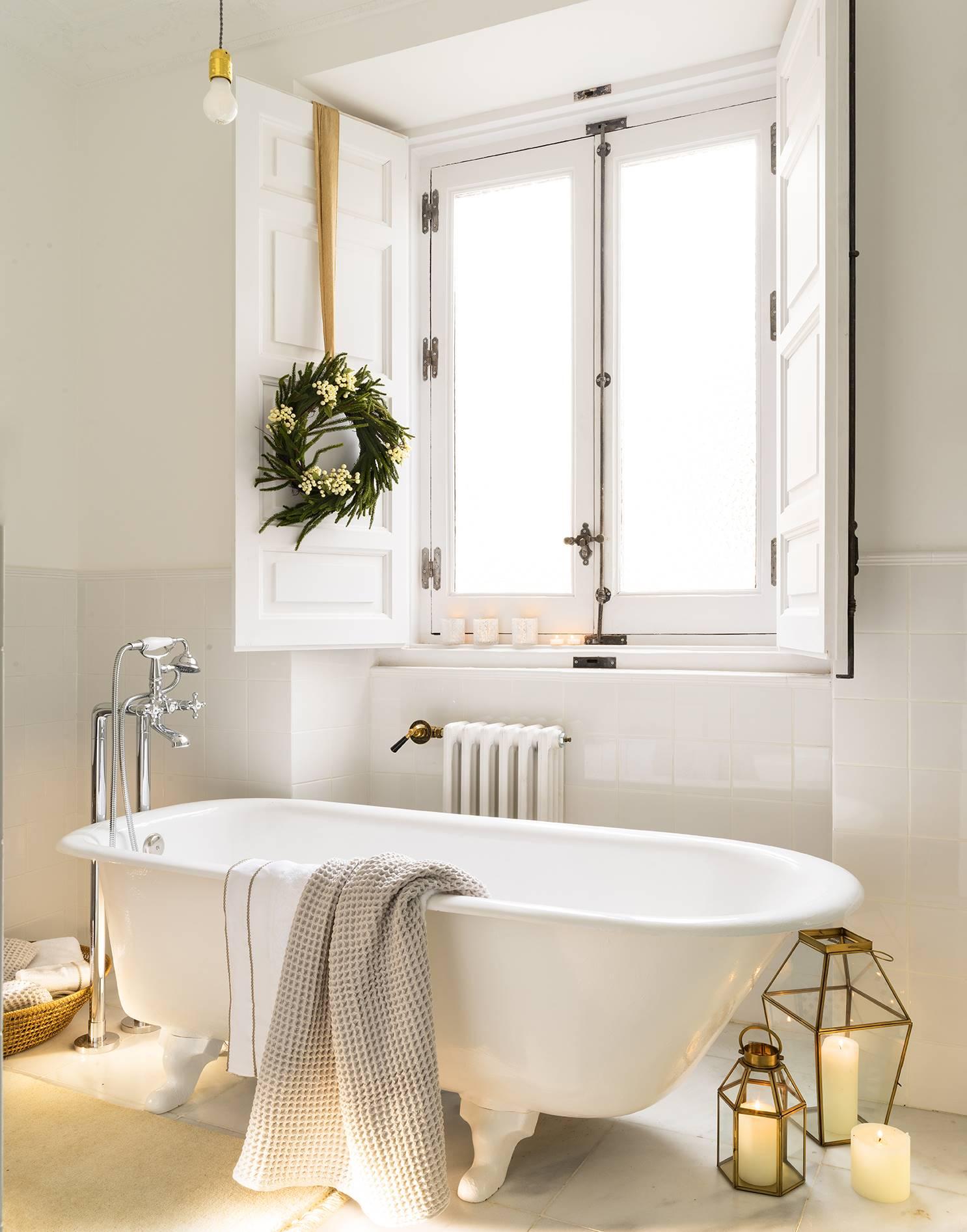 ванная комната с окном ванна на ножках