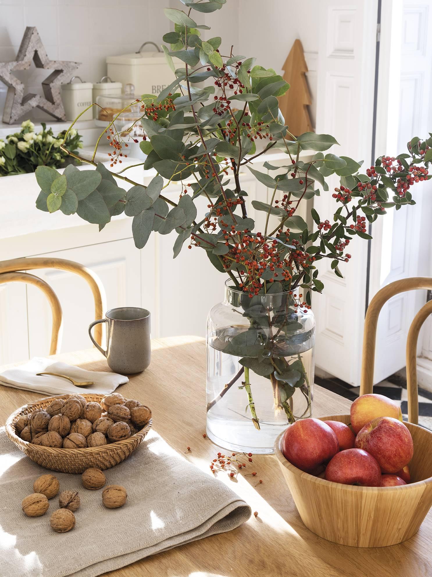 вазы с цветами фруктами орехами