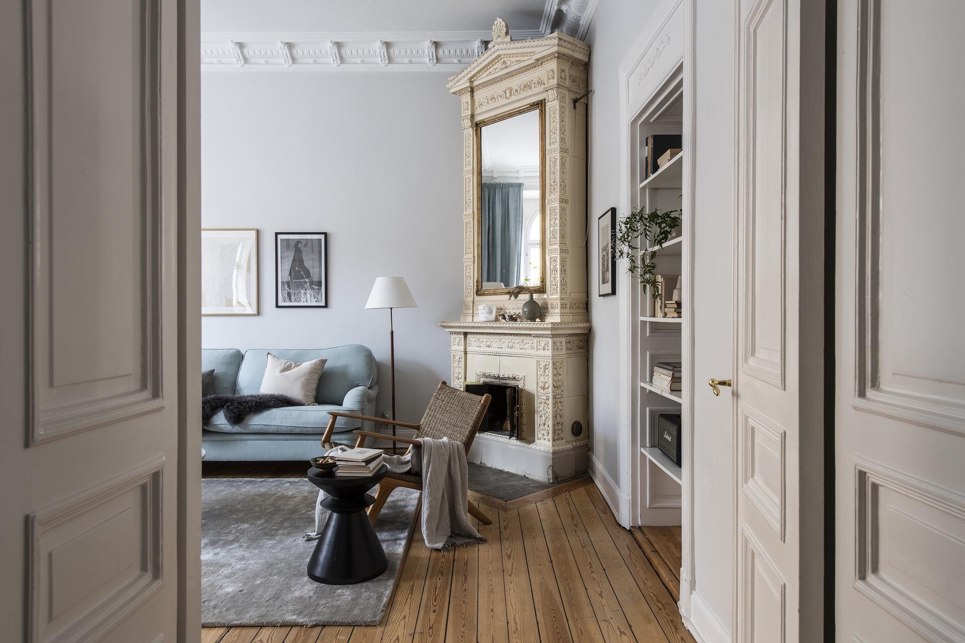 распашные двери в гостиной