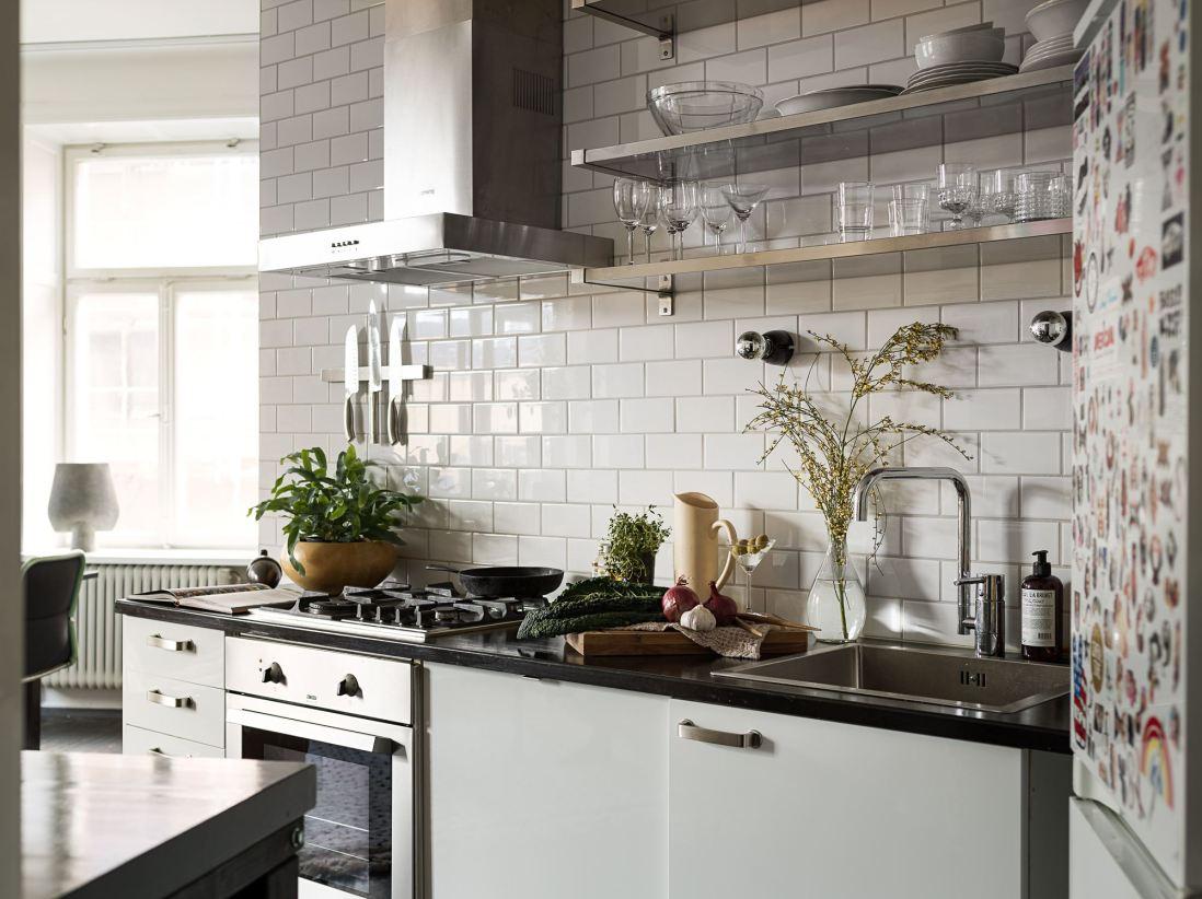 квартира 59 квм кухонная мебель полки посуда