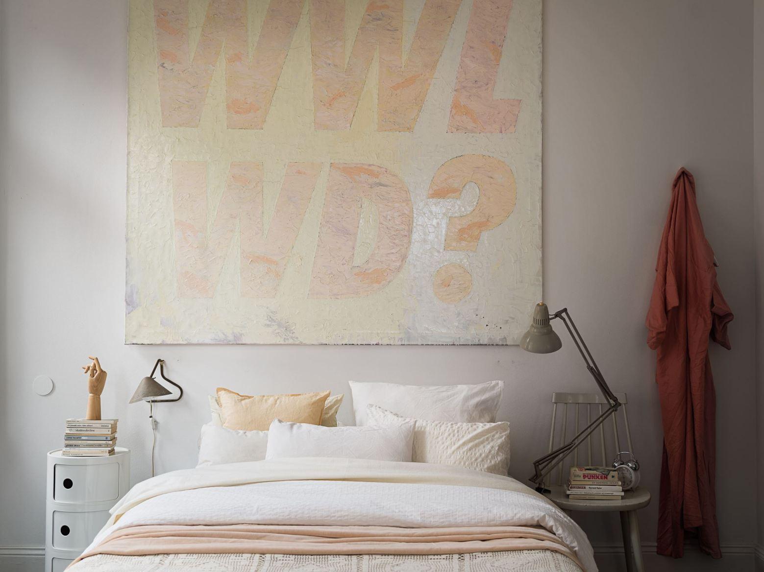 квартира 59 квм спальня кровать картина