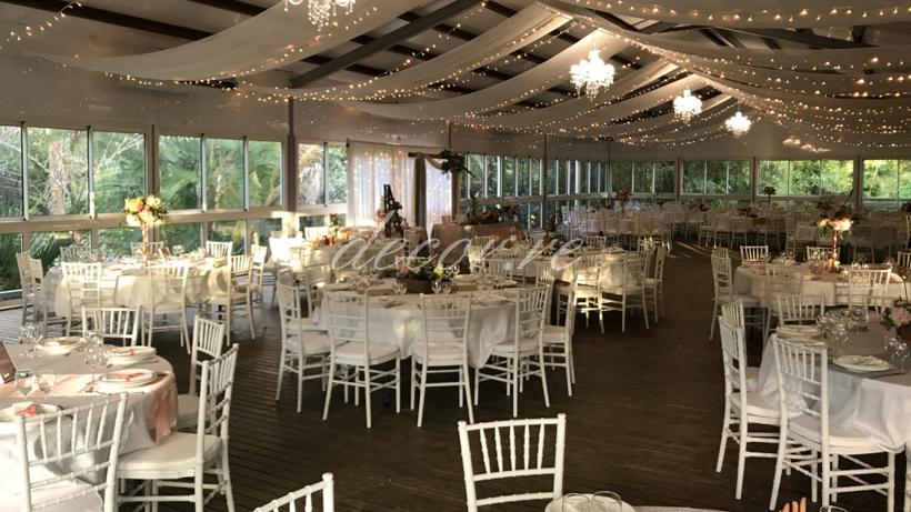 Nos chaises chiavari et nos tentures avec guirlandes lumineuses au Domaine de Bellerive
