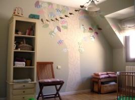 Un árbol pegado en la pared hecho de papel pintado