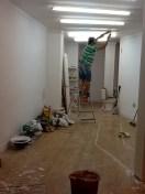 Claudio está desmontando los nones que sobran para redibujar en el techo una línea en zig zag