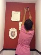 Un toque kitch en el baño es lo más apropiado dadas las circunstancias. Unos marquitos de plástica zoo de ikea son perfectos para esto